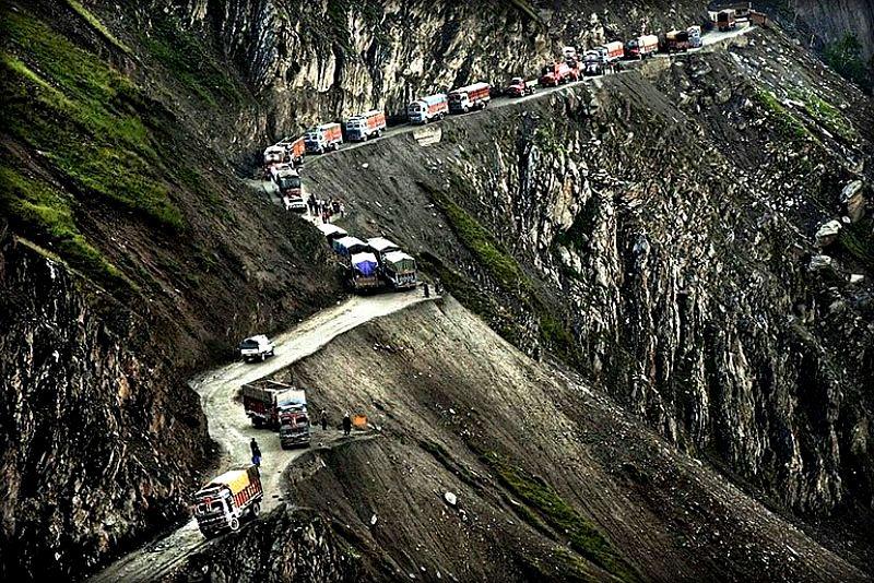 Вам лучше пристегнуться: 15 самых опасных дорог в мире