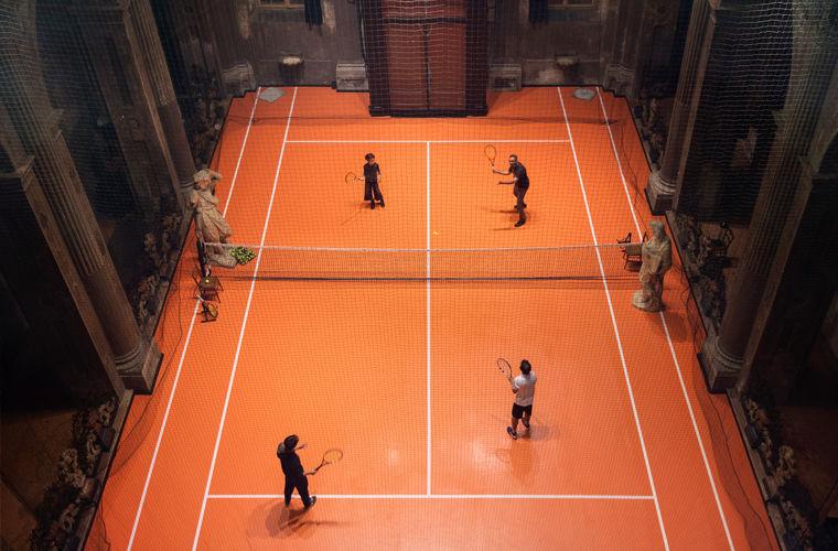 Теннисный корт в старинной миланской церкви